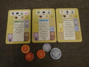 Die Karten haben verschiedene Funktionen, je nachdem an welche Seite des Tableaus sie ausgelegt werden.